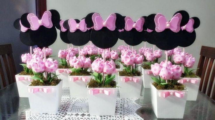 Cachepo em mdf pintado a mão com tulipas tecido e personagem em EVA. <br>Lindos enfeites para o centro de mesa. <br>Temos diversas cores de vaso e tulipas a sua escolha. <br>Frete via pac ou sedex com desconto.