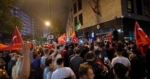 Het kabinet noemt de dreigementen en intimidaties tussen Turkse Nederlanders onderling na de mislukte coup in Turkije onacceptabel. In een brief aan de Tweede Kamer wordt benadrukt dat het nodig is de rust te bewaren om verdere escalatie te voorkomen. Mensen die worden bedreigd, worden opgeroepen aangifte te doen.