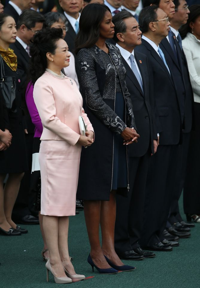 <p>Listening to their husbands speak during an arrival ceremony on the south lawn of the White House grounds Peng Liyuan (L), wife of Chinese President Xi Jinping, and U.S. first lady Michelle Obama listen as Chinese President Xi Jinping and U.S. President Barack Obama speaks September 25, 2015 in Washington, DC. <br /></p>