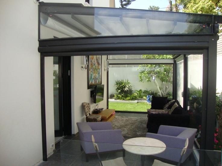 Pergole Unica 130, pergole retractabile Gibus cu structura aluminiu pentru terase case si vile. Foto pergola terasa casa, inchidere cu pereti transparenti de vant.