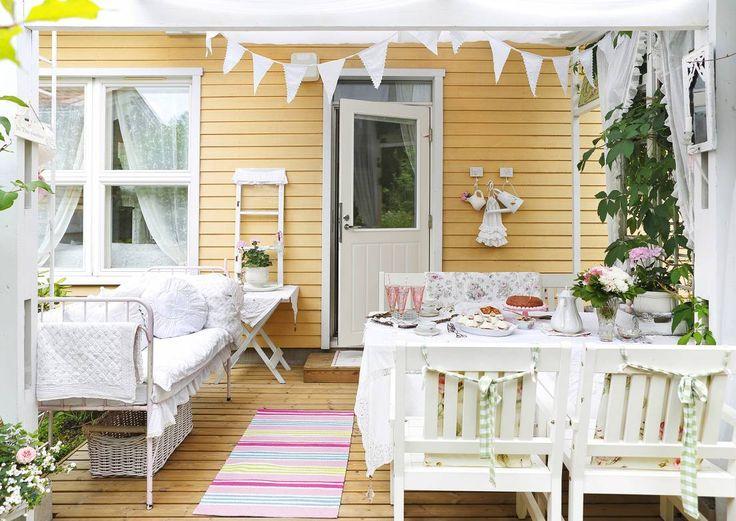 Kuistin voi sisustaa oleskelutilaksi tai kahvittelupaikaksi, ja jos tila riittää, vaikka ruokasaliksi. Katso Unelmien Talo&Kodin kymmenen vinkkiä.