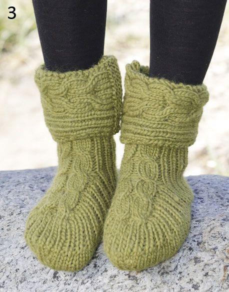 In questo post troverete ben 10 schemi gratuiti in italiano per realizzare bellissime pantofole a maglia per rendere il vostro look unico e originale.