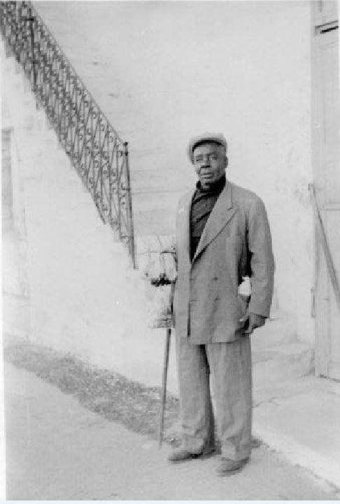 Ο Σαλής ήταν μια από τις γνωστότερες φυσιογνωμίες της πόλης των Χανίων τον περασμένο αιώνα. Ήταν απόγονος μαύρων εργατών ή χαλικούτηδων από την εποχή της Αιγυπτιοκρατίας στην Κρήτη, καταγόμενος από το Σουδάν ο οποίος δε θέλησε να εγκαταλείψει τα Χανιά κατά την ανταλλαγή των πληθυσμών το 1922 και έτσι παρέμεινε στην πόλη, όπου έγινε ευρέως γνωστός για την εργατικότητα, την εγκαρδιότητα και την καλοψυχία του.