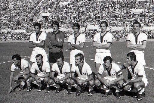 Gigi Riva, con gli eroi dello scudetto (Stadio Olimpico, roma, 1970)