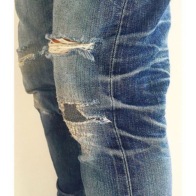 Jaap @jmgrond wears his jeans to shreds, we previously posted a pair of dry Denham with incredible results, but he knows how to wear them. These Nudie jeans Grim Tim (orange selvedge) has some amazing wear and tear, had diverse repairs, including...