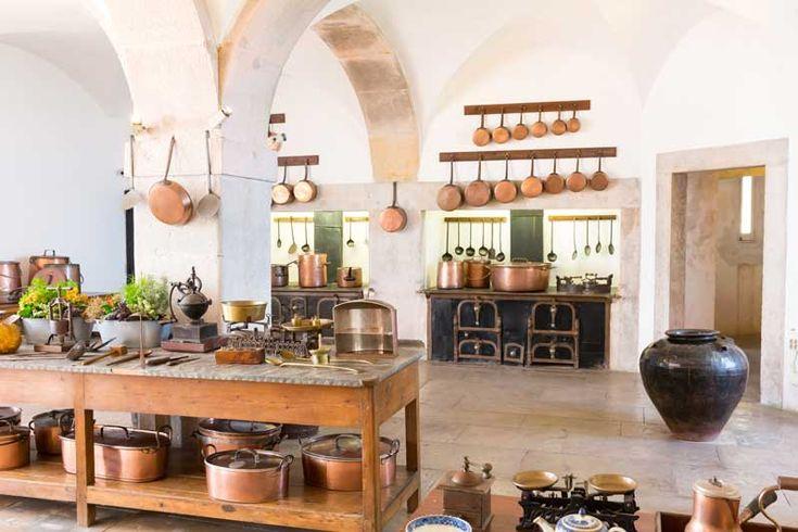 Een moderne designkeuken is strak en flitsend, maar soms ook wel erg zakelijk en serieus. Wil je liever een wat speelser ontwerp en een meer nostalgische sfeer, zonder in te hoeven leveren op alle moderne keukengemakken? Dan is een retro keuken misschien wel de perfecte keuze! Kleurgebruik Retro...