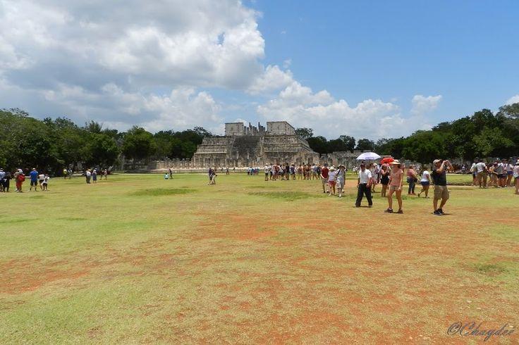 Templo de los Guerreros.Chichén Itzá. Yucatan. México.    Es un templo de la época maya posclásica, construido en el año 1200 d.C. por los mayas itzáes en la antigua ciudad de Chichén Itzá. El templo está influenciado por la arquitectura de los toltecas, y así lo demuestra con sus similutedes con el templo de Tlahuizcalpantecuhtli, situado en Tollan-Xicocotitlan o Tula, que fue capital del estado tolteca, y fue construido sobre una antigua edificación anterior dedicada al «Dios Reclinado»…
