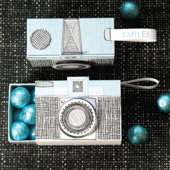 Clever idea regalo que empaqueta y usted puede poner algunos chocolates en el interior - un regalo doblemente divertido! Cámara de caja tipográfica