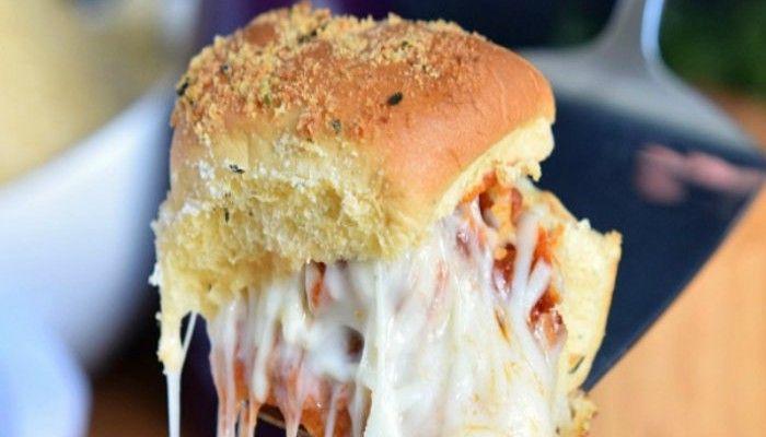 ψητά σάντουιτς με κεφτεδάκια και τυριά