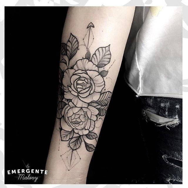 Para comenzar la tarde les mostramos unas hermosas flores por @malorymorenoart que les parece su propuesta? A nosotros nos tiene encantados 🌸🌸🌸 #lanuevaemergente #laemergentecol #sketchtattoo #bngtattoo #dotwork #dotworktattoo #tattoo #tatuaje #flowertattoo #flower #tatuadora