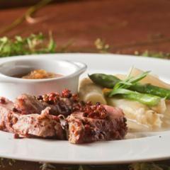 Schweinefilet mit Spargelragout und Rhabarber-Relish