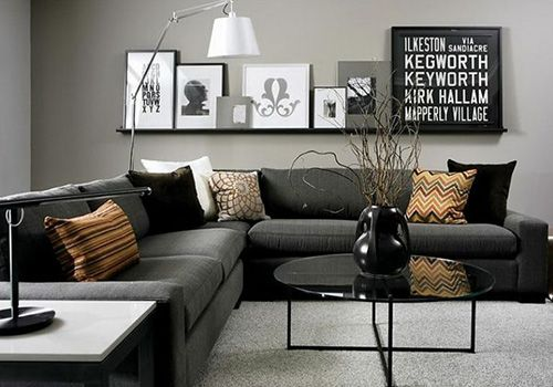 Темно-серый-диван-черно-белый-интерьер-текстиль-охра