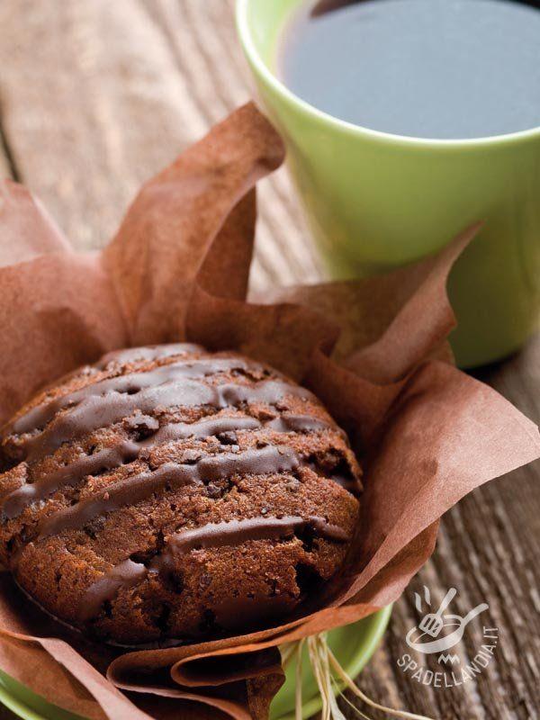 Soffici soffici, gustosi gustosi, i Muffins al cacao con gocce di cioccolato fondente sono perfetti per riportare il buonumore dopo una giornata no!
