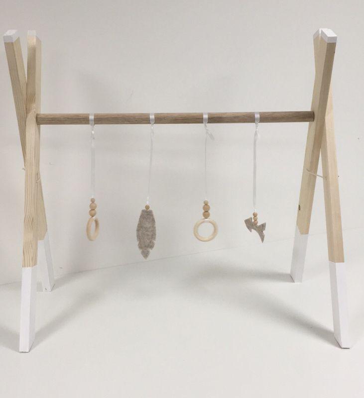 Houten Babygym Handgemaakte babygym met vier speeltjes. Twee houten ringen met kralen en een veer en pijl van vilt met hier in een belletje voor extra speelplezier. Natuurlijk babyspeelgoed