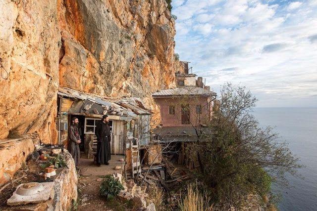 Πιερία: Οι μοναχοί που ζουν στην άκρη του γκρεμού στο Άγιο...