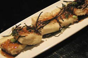 Tofu frito con salsa de soja
