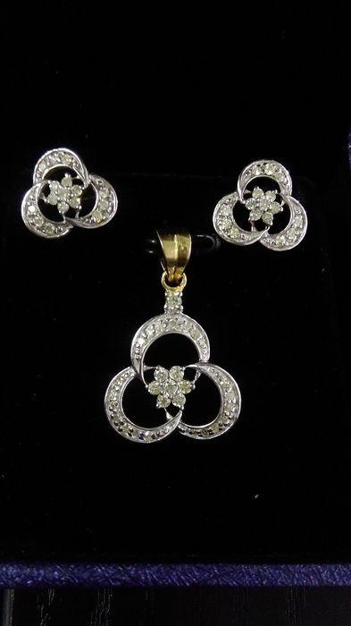 Online veilinghuis Catawiki: Ensemble van diamanten hanger met bijpassende oorbellen van gemerkt 14 kt massief geelgoud.