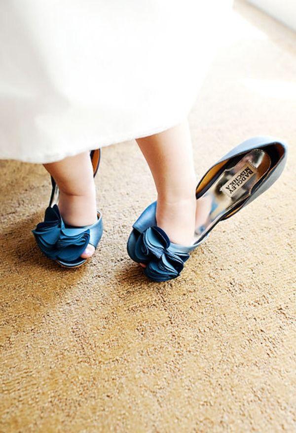 Bruidsmeisje in de schoenen van de bruid!