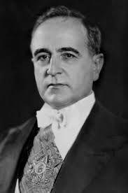 """Getúlio Vargas, foi presidente do Brasil em dois períodos. O primeiro de 15 anos ininterruptos, de 1930 até 1945, e que dividiu-se em 3 fases: de 1930 a 1934, como chefe do """"Governo Provisório""""; de 1934 até 1937 como presidente da república do Governo Constitucional.Cometeu suicídio no ano de 1954, com um tiro no coração, em seu quarto, no Palácio do Catete, na cidade do Rio de Janeiro, então capital federal. Getúlio Vargas foi considerado o mais importante presidente da história do Brasil"""
