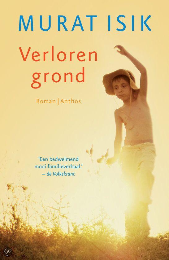Verloren grond Oost-Turkije, jaren zestig. De dertienjarige Mehmet groeit op in een dorp dat ooit door de Armenen werd gesticht. Zijn zachtaardige vader Se...