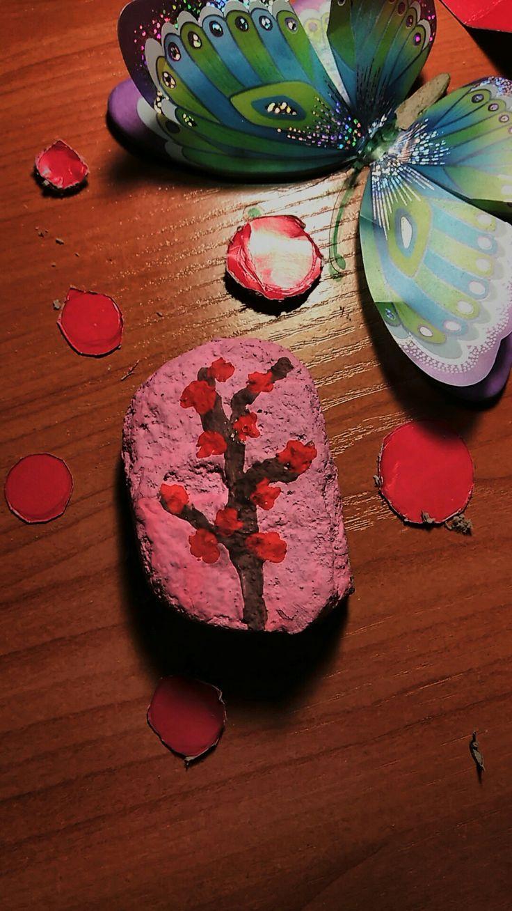 Рисунок цветущей сакуры на камне. Выглядит очень не обычно. Ключевые слова: камень рисунок сакура цветы дерево природа красиво бабочка декор рисунок на камне розовый