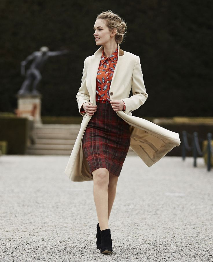Create a sleek silhouette with the classic Aston Coat. Crafted from luxury Scottish tweed, this beautiful cream coat is lined in elegant fawn satin. Cut just above the knee, this tailored piece is finished with neat notched lapels and mock pockets.