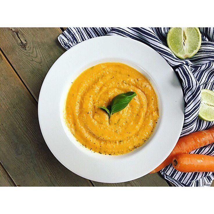 Herlig varmende spicy gulrotsuppe💛 Det er høst og det er perfekt tid! Oppskrift: •800 gram gulrøtter, i biter •1 rødløk, hakket •4 hvitløksfedd, hakket •1/2 rød chili, hakket •30 gram frisk ingefær, hakket •6 dl grønnsakskraft eller kyllingkraft •2 dl creme fraiche eller matfløte •saften fra 1 appelsin • saften fra 1/2 lime •salt og pepper •og eventuelt litt ramsløkkrydder, frisk koriander/basilikum •fres løk i litt nøytral olje eller ekte smør. Tilsett ingefær, chili og hvitløk...