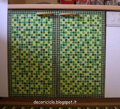 decoriciclo: finto mosaico su antine e cassetti della cucina, per esigenze di restauro
