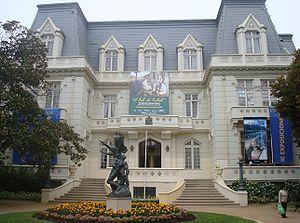 """El Palacio Carrasco es un edificio que alberga desde el año 1977 el Centro Cultural de Viña del Mar, la Biblioteca Municipal Benjamín Vicuña Mackenna y el Archivo Histórico de comunal. Es sede también del Área de Desarrollo Turístico y Económico de la Ciudad Jardín. En 1986 fue declarado """"Monumento Histórico Nacional"""", junto con el parque que lo rodea y la obra de Auguste Rodin, La Defensa, encontrada en su frontis."""