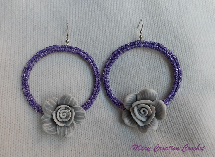 Orecchini a cerchio all'uncinetto con filato in cotone viola brillante con rosa in fimo di MaryCreationCrochet su Etsy