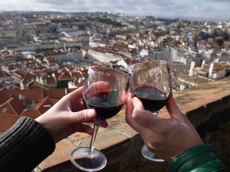 Een citytrip Lissabon: 10 highlights | Via ik wil meer reizen | 1/02/2015 Al dwalend door de smalle straatjes ervaar je direct de gemoedelijke sfeer van deze heerlijke Europese stad: Lissabon. Een stad die opgedeeld is in verschillende wijken met elk hun eigen charme. Een paar dagen in deze stad is volop genieten. Van de heerlijke wijnen, kaas en espresso tot waanzinnige street art, schattige balkonnetjes met wasgoed en natuurlijk het Zuid-Europese klimaat. Dus wil je even ontkomen aan de…
