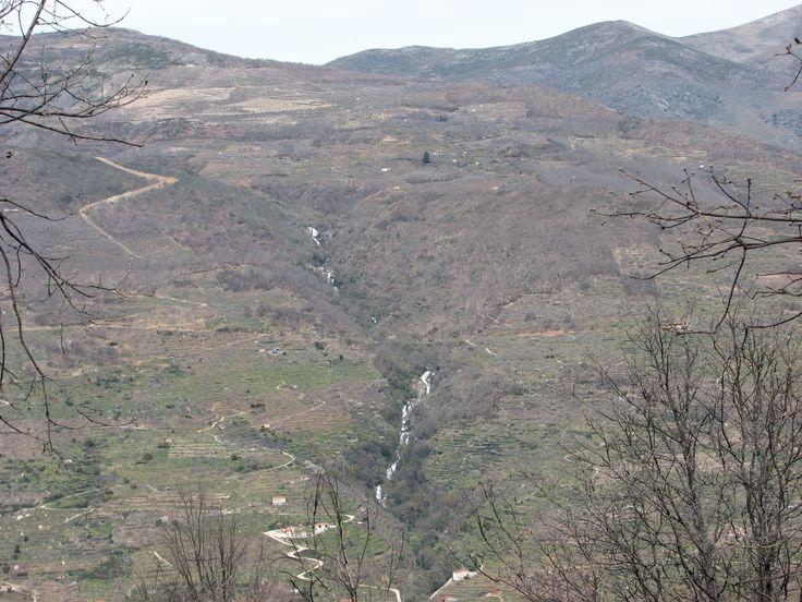 Una de las Cascadas más espectaculares del Valle del Jerte es la Cascada de las Nogaledas. Pronto llegarán las lluvias otoñales que le devuelvan el poderío y la belleza que el estío le privó.