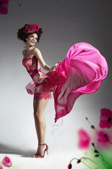 Девушка В Розовом Платье Танцует