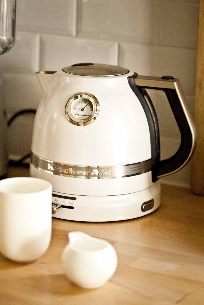 Bouilloire Kitchenaid  Un de mes cadeaux d'anniversaire devenue indispensable pour moi qui adore le thé: la bouilloire à température réglable Kitchenaid. Son look vintage, sa contenance, sa facilité d'utilisation, sa qualité de finition... J'adore!