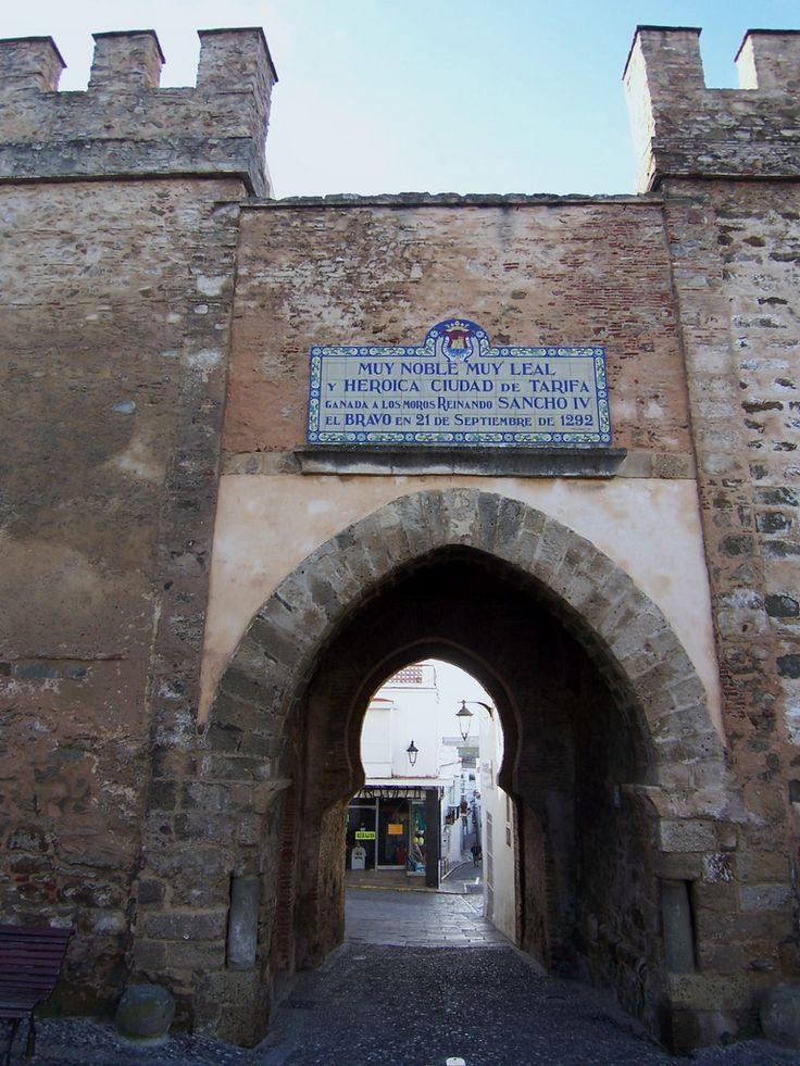 Puerta de Jerez.  Tarifa,Cádiz. | Las murallas que rodean Tarifa son el espejo y, en esencia, el resultado de muchas fases de construcción y restauración. Han sido muchos los pueblos que han dejado su impronta en Tarifa, sobre todo, el pueblo árabe que nos rodeó de muralla y de una fortaleza grandiosa. Principalmente, se pueden considerar dos disposiciones: la primera corresponde al período de ocupación islámica, que incluye la milenaria medina, en la que se encerr...