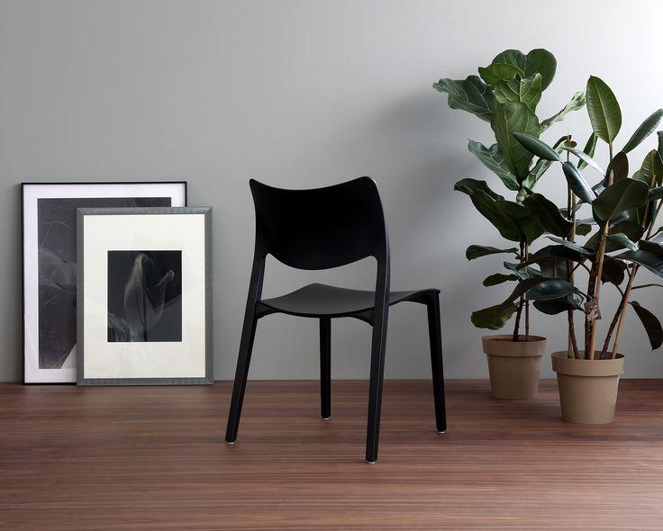 All black Laclasica chair. A New Classic by Jesus Gasca. LACLASICA: www.stua.com/design/laclasica INSTAGRAM: @stuadesign