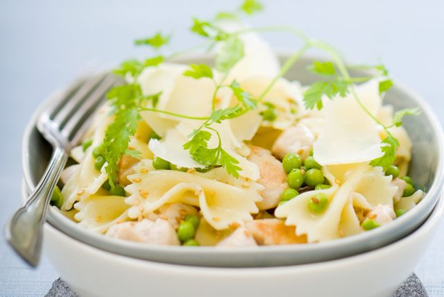 Les lanières de poulet grillé ajoutent une variante à cette recette. Et, mélangée avec les pâtes chaudes et les autres ingrédients, la vinaigrette en absorbe mieux les délicieuses saveurs.