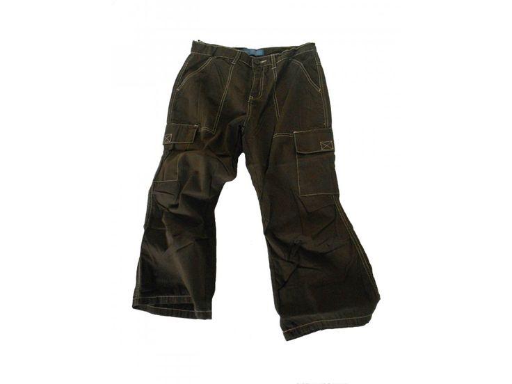 Kalhoty kapsáče 3/4, vpředu se zapínám na knoflík a zip. Dvě kapsy vzadu, dvě dlouhé kapsy vpředu a dvě na nohavicích.