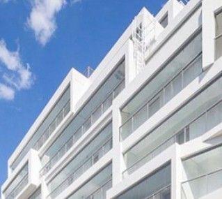 Белоснежное здание с просторными лоджиями, которые разбивают фасад   #Lumon#стекло#фасад#балкон#остекление#безрамное#ограждение#панорамное#архитектура#финская#современная#новостройка#технологии#конструкции#лоджии