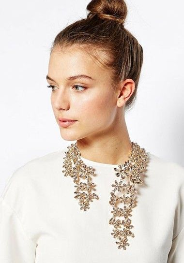 Such a cool statement necklace for a bold bride!