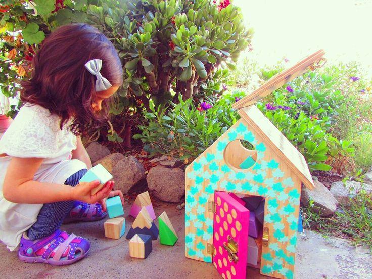 juguete de madera casita de cerraduras
