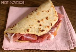 Una ricetta facile per creare la vera Piadina romagnola e tutti i consigli e segreti per renderla perfetta ! Da farcire a piacimento, anche con la nutella.