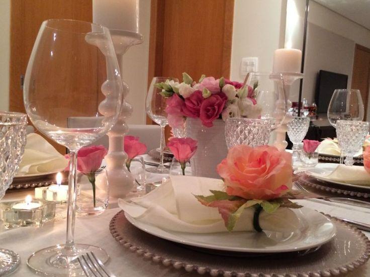 Que saudade que eu estava de postar uma mesa bem linda! Desta vez resolvi trazer uma proposta diferente e mostrar uma inspiração de decoração de mesa com toalha. Eu amo jogos americanos, vocês já devem ter percebido, mas acredito que uma mesa posta com uma tolha bem bonita tem todo um requinte e chame especial. …