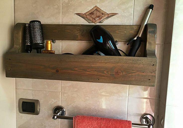 Pallet storage bathroom - Hair Dryer, flat Iron, curling Iron, brush Holder - Bath Caddies. Mensola scaffale con bancale per asciugacapelli, piastre e spazzole. Organizer stanza da bagno