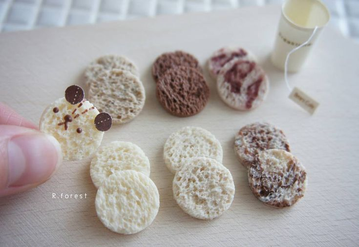 写真の色が黄みがかっていたのでもう一度ポストさせて下さい .  パンは奥左から紅茶、チョコ、あんマーブル、食パン、発芽パン、ココアマーブルです  .  .  .  #fakefood #sweet #ハンドメイド雑貨 #handmade#手作り #スイーツデコ #パン雑貨  #食品サンプル #ミニチュアパン  #くまパン #bear #andwichs #animals #bread #miniatures #食パン #食パンアレンジ