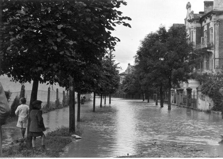 Przemyśl. Zalana przez San dzielnica - fragment ulicy. Autor: Marynowytsch Roman.1941.