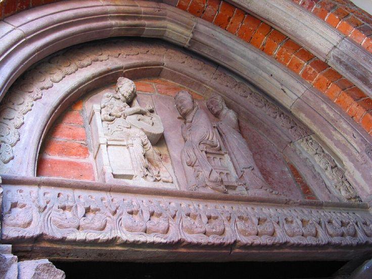 początek XIII wieku i oto pod panowaniem śląskim Trzebnica rozkwita romańskim opactwem cysterek. pozostałość po pierwszej wersji klasztoru, tympanon z królem Dawidem i Batszebą