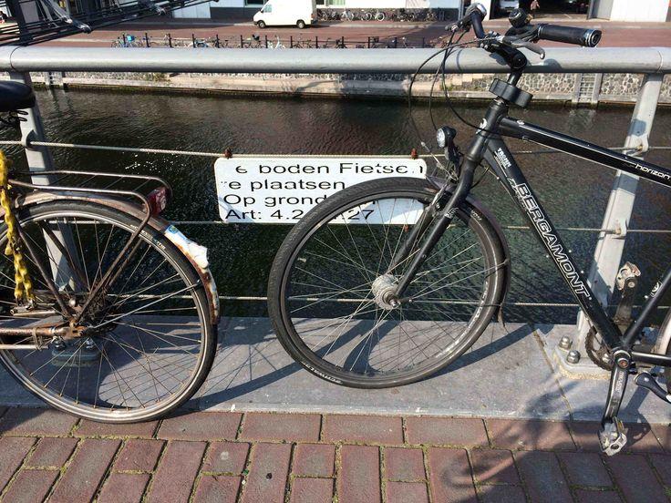 Dat parkeert het lekkerste: direct naast het verbodsbord. Gefotografeerd bij Muziekgebouw aan het IJ in Amsterdam in september 2014.