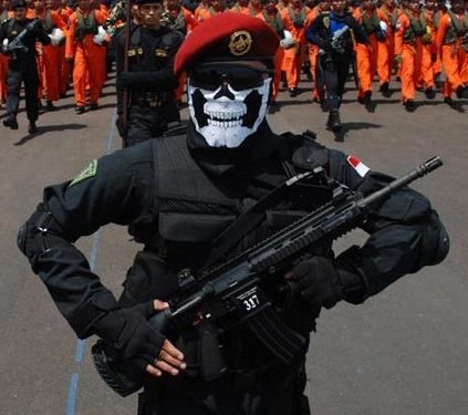 A dangerous looking Indonesian Navy KOPASKA operative.