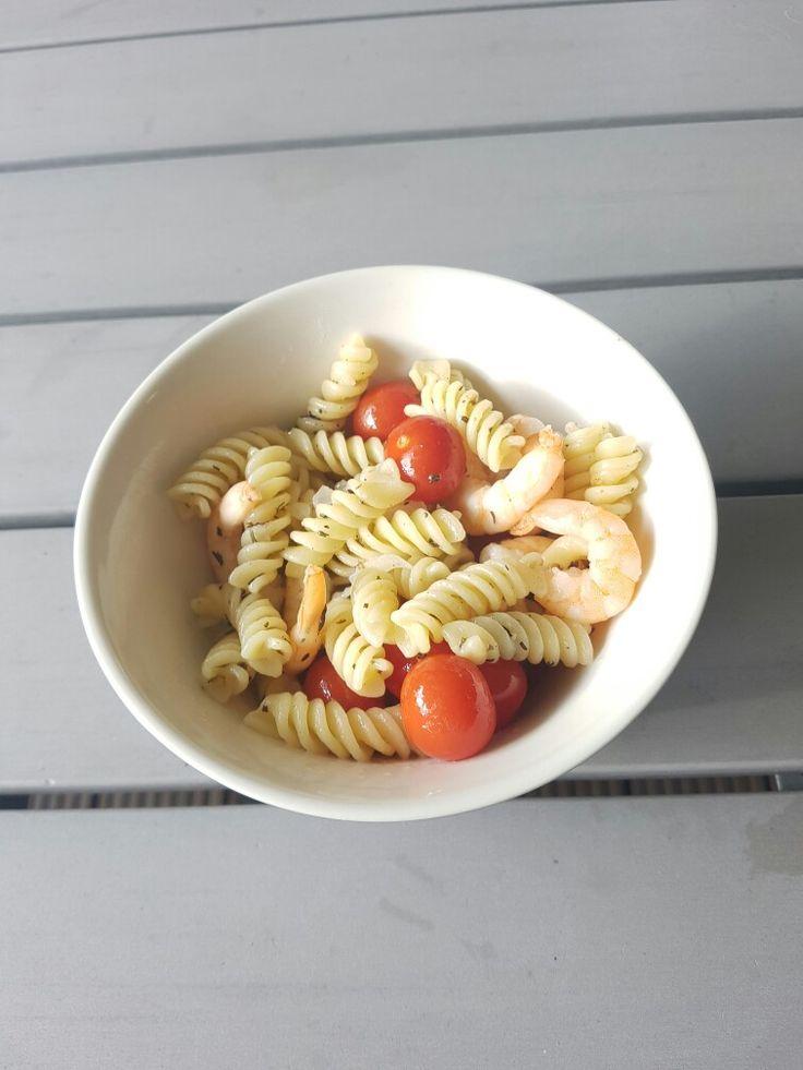 Snelle pasta aioli met garnalen en cherrytomaat. Ingrediënten pp (in volgorde van toevoegen); flinke scheut olijfolie, 1 ui, 1 teentje knoflook, 1 el Italiaanse kruiden, 100 gram garnalen, 15 cherrytomaten, zout, peper, citroensap, gekookte pasta. Variatietip: parmezaanse kaas, rucola